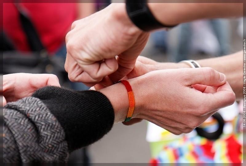 Un participant reçoit un bracelet