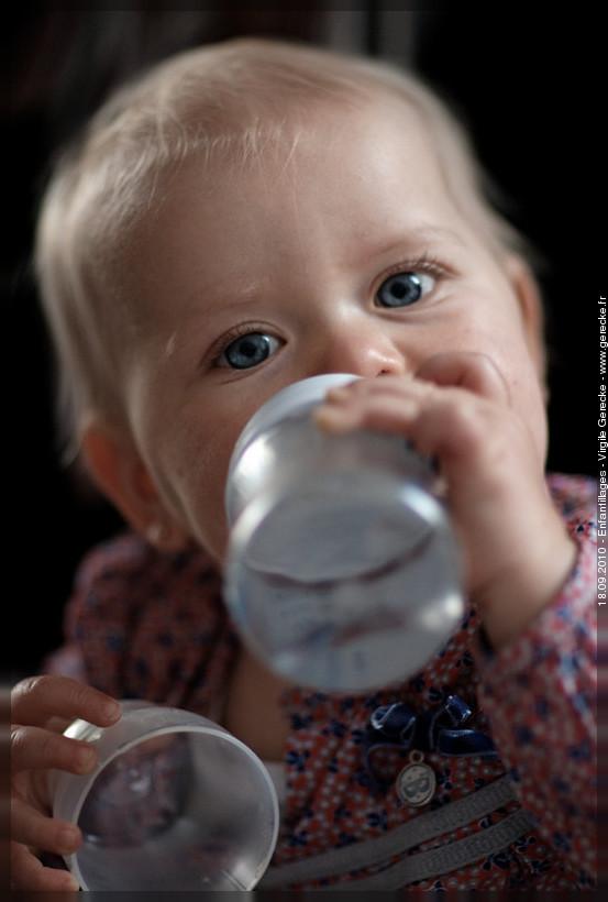 Petite fille aux yeux bleus